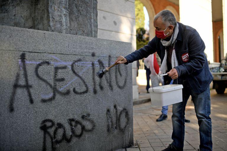 El secretario general de UGT, Pepe Álvarez, participa en la limpieza de la estatua de Francisco Largo Caballero, situada en Nuevos Ministerios, en Madrid (España), el pasado16 de octubre.