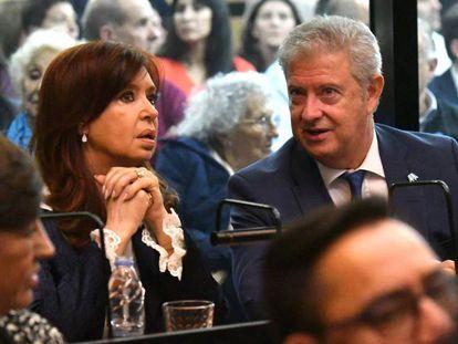 La expresidenta Cristina Fernández de Kirchner escucha la lectura la acusación que enfrenta, sentada junto a su abogado.