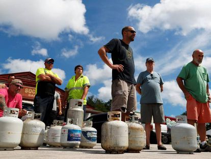 Ciudadanos hacen fila para comprar gas propano horas antes de la llegada del huracán Florence en Myrtle Beach