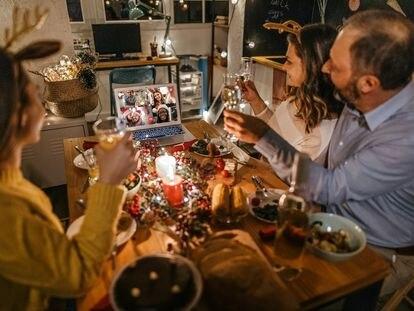Una familia celebra la Navidad.
