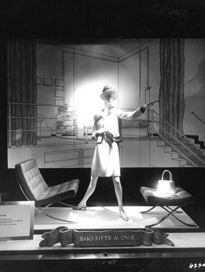 Escaparate de los almacenes Saks, en la Quinta Avenida de Nueva York, con las icónicas sillas Barcelona de Mies van der Rohe, a quien Florence Knoll convenció para que le cediera los derechos de producción. |