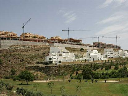Construcción de viviendas cerca de un campo de golf en Benahavís.