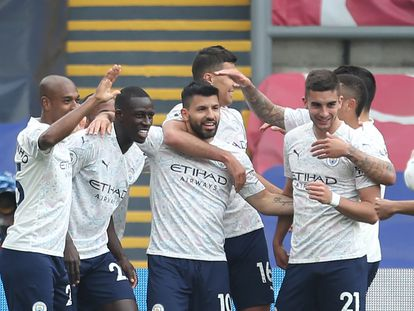 Los jugadores del City felicitan a Agúero tras el 0-1.
