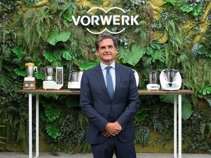 Ignacio Fernández-Simal, director deneral de Vorwerk España, delante de los modelos de Thermomix lanzados a lo largo de 50 años.