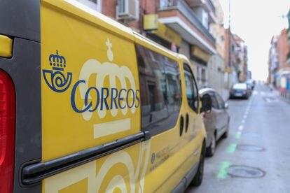 Un camión de reparto postal en Madrid.