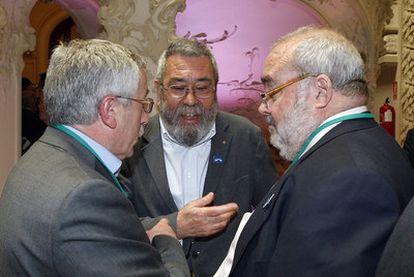 Gómez Navarro (derecha) conversa con Méndez (centro) y Fernández Toxo.