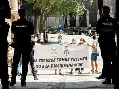 Agentes de la Policía Nacional vigilan a los toreros que se manifestaron en Toledo.
