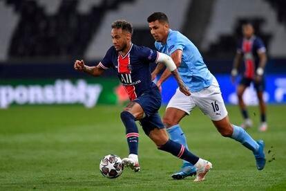 Neymar Jr. escapa del marcaje de Rodri en el partido de ida de las semifinales de la Champions League 2020-2021 que enfrentó a su equipo, el PSG, con el Manchester City.