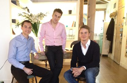 Nathan Blacharczyk, Brian Chesky, cofundadores de AirBnb, y Kay Kuehne, responsable en España