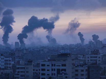 Columnas de humo sobre la ciudad de Gaza.