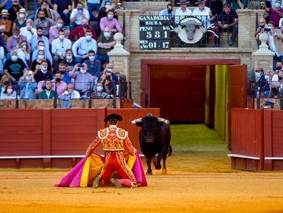 El torero Manuel Escribano recibe al toro a puerta gayola en la corrida de la Feria de San Miguel (Sevilla) del 3 de octubre.