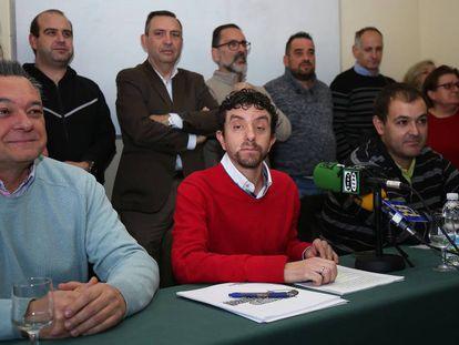 López Acosta (de rojo), con otros militantes que abandonan el PSOE. Fotografía cedida por 'Aquí en la Sierra'.