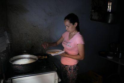 La hermana de Jonathan Linares, muerto tras comer yuca amarga, en su casa de Caracas.