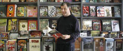Xosé Barreiro, ante una de las estanterías de la librería Kómic en Santiago.