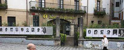 Sucursal del Banco Guipuzcoano en Mondragón, con la fachada cubierta con fotos de etarras.