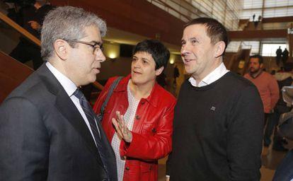 El exconsejero catalán Francesc Homs conversa hoy en San Sebastián con Marian Beitialarrangoitia y Arnaldo Otegi.