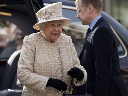 La reina Isabel II llega a la inauguración de un museo en el complejo de edificios Charterhouse en Londres (Reino Unido) el 28 de febrero de 2017.