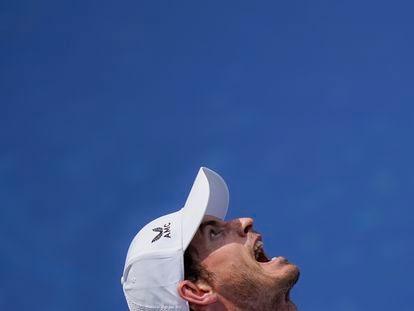 Andy Murray sirve durante un partido reciente en Nueva York.