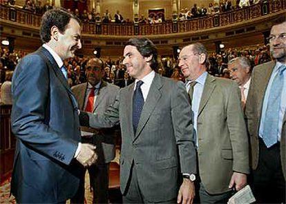 José María Aznar, presidente del Gobierno en funciones, felicita a José Luis Rodríguez Zapatero, que le sustituirá hoy al frente del Ejecutivo.