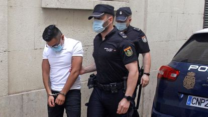Uno de los cuatro acusados de la violación de Callosa a su llegada a la Audiencia Provincial de Alicante.