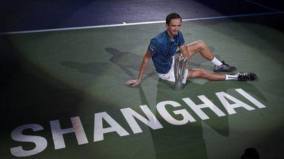 Medvedev posa con el trofeo de campeón en Shanghái.