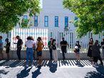 Un grupo de personas esperan a ser llamadas a las afueras del Hospital público de emergencias Enfermera Isabel Zendal, a 28 de junio de 2021, en Madrid, (España). A partir de hoy este hospital va a comenzar a vacunar contra el Covid-19, 24 horas al día, a través del sistema de autocitación. En el recinto se pondrán en torno a 150.000 vacunas a la semana de manera ininterrumpida. 28 JUNIO 2021;MADRID;ZENDAL;VACUNA;COVID-19;PANDEMIA;AUTOCITACIÓN A. Pérez Meca / Europa Press 28/06/2021