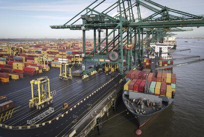 Un barco con contenedores, atracando en el puerto de Amberes (Bélgica).