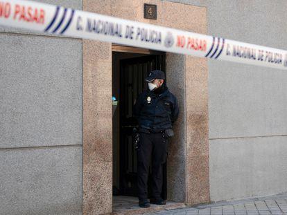 Portal de la vivienda donde ha sido asesinada una mujer, en Puente de Vallecas (Madrid).