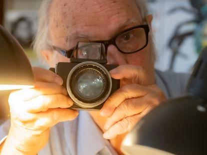Carlos Saura, en su casa de Madrid, con su cámara favorita