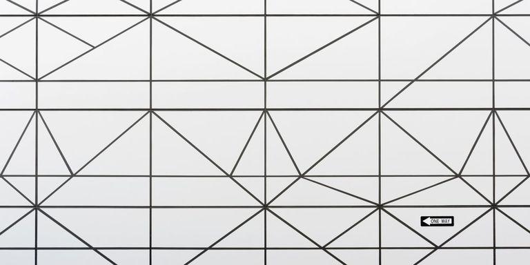 'Ansiedad' es una obra que juega con una geometría laberíntica. El cartel advierte de que solo hay un camino posible, pero en nuestras mentes se abren muchas alternativas.