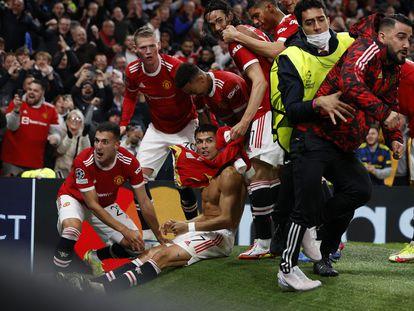 Los jugadores del United celebran el 2-1 con Cristiano.