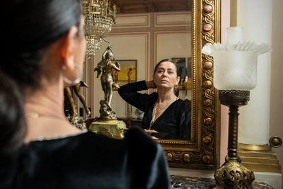 """La actriz Nazan Kesal, conocida por su papel en """"La señora Fazilet y sus hijas"""", se prepara para rodar una escena de la telenovela 'Çocuk'."""
