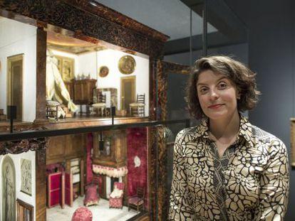 Jessie Burton y la casita de muñecas que inspira su novela, en el Rijksmuseum.