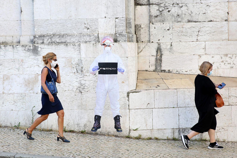 Dos mujeres con mascarilla pasean por el centro de Lisboa el 23 de junio.