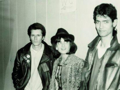 Nacho Canut, Ana Curra y Carlos Berlanga en los camerinos del concierto homenaje a Canito, en Caminos, febrero de 1980