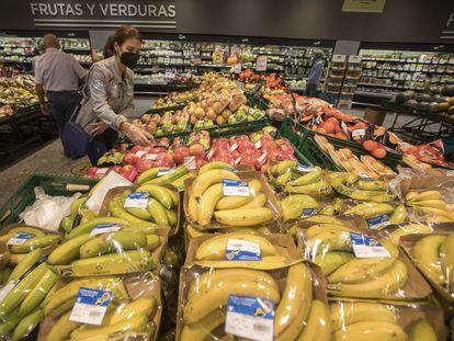 Frutas y verduras plastificadas para su venta en una gran superficie de Madrid.