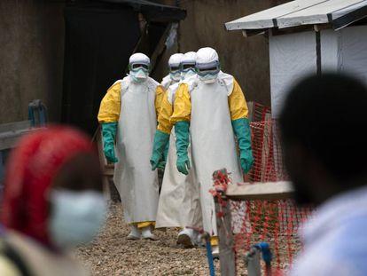 Trabajadores sanitarios en un centro de tratamiento del ébola en Beni (República Democrática del Congo).