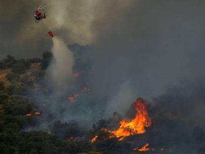 Un helicóptero vierte agua sobre un incendio cerca de Toledo. En vídeo, las llamas en Montesión.