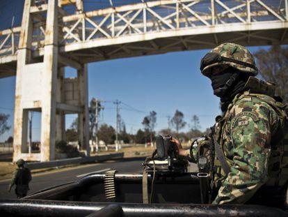 Elementos de la Marina mexicana patrullan una de las caerretaras del norte del país