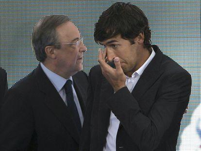 Florentino Pérez y Raúl González, en el acto de despedida del jugador del Real Madrid en 2010.