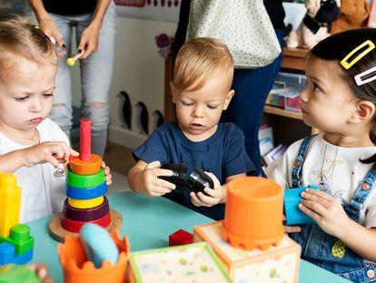 Unos niños juegan en una escuela infantil en una imagen de archivo.