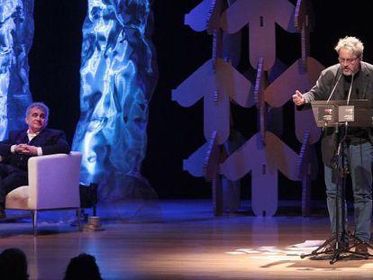 Bernardo Atxaga y Manuel Rivas durante el festival de poesía en el Palacio Euskalduna.