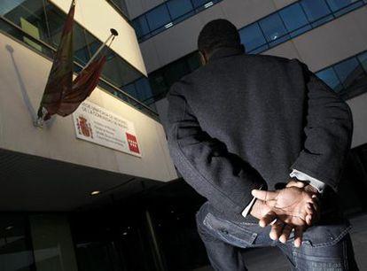 El joven camerunés, ayer en la puerta de la Fiscalía de Menores de Madrid.
