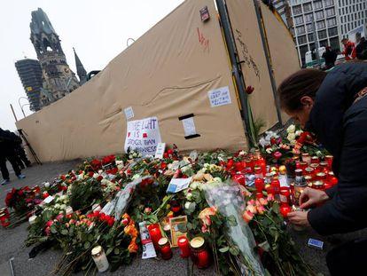 Flores en memoria de las víctimas del atentado contra el mercadillo de Navidad.