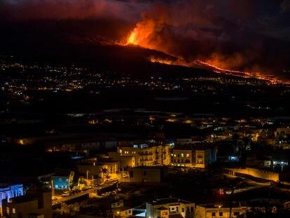 La erupción volcánica en la Cumbre Vieja, en La Palma, vista desde Los Llanos, este martes.