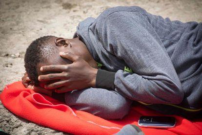 Un inmigrantes espera a ser atendido en el puerto de Tarifa.
