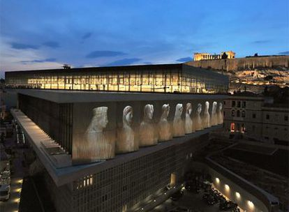 Una vista del nuevo Museo de la Acrópolis, con el Partenón al fondo, durante los ensayos de los actos de inaguración del edificio.