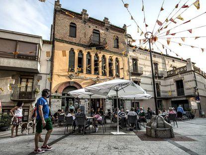 El edificio de la Unió Maçanenca, que alberga el casino La Pau, preside la plaza de la Vila de Maçanet de Cabrenys.