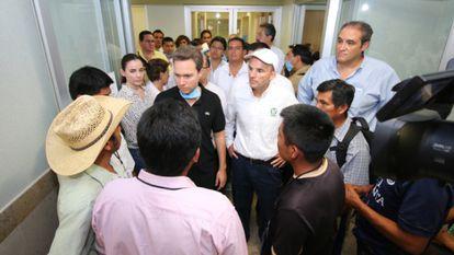 El gobernador de Chiapas, Manuel Velasco, con familiares de niños afectados por la vacuna la pasada semana.