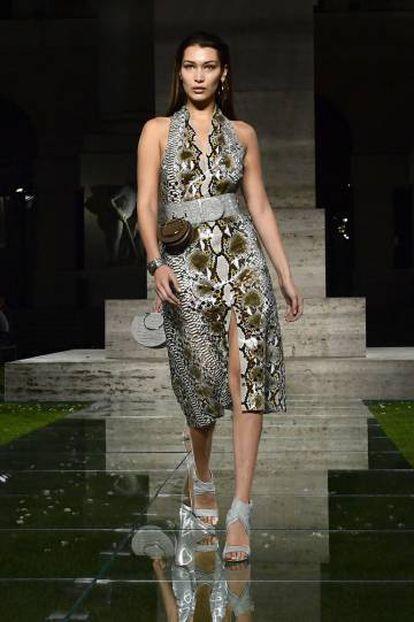 Model Bella Hadid en el desfile de Salvatore Ferragamo.